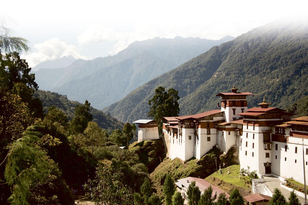 Chaque province possède son dzong, un imposant complexe à l'architecture caractéristique qui abrite à la fois la religion et l'État, l'administration officielle et le monastère.